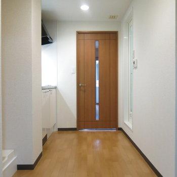 キッチンとリビングの動線もゆったり〜(※写真は3階の反転間取り別部屋のものです)
