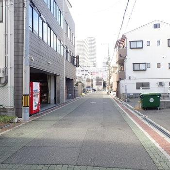 周辺は住宅街が広がります。