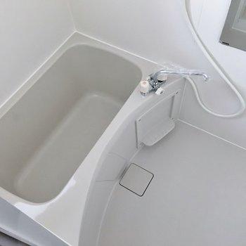 お風呂場も小窓がありますよ。