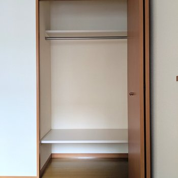 クローゼットの上下棚が◎これがあるだけで収納力UPするんだよね〜 (※写真は2階の同間取り別部屋のものです)