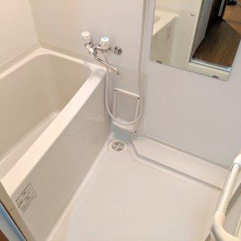お風呂は2段のシャンプードレッサー&鏡付き。蛇口はひねるタイプだけど湯はり機能があるから問題なし! (※写真は2階の同間取り別部屋のものです)