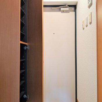 玄関のタイルがスキ。シューズボックスも20足収納可能ですよ! (※写真は2階の同間取り別部屋のものです)