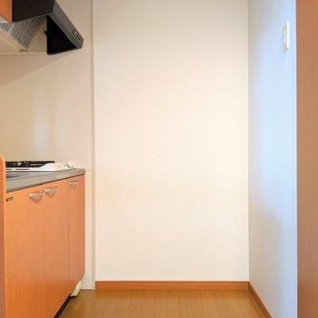 キッチンの後ろに冷蔵庫+α置ける余裕。大きめ冷蔵庫に買い換えてもいいね。 (※写真は2階の同間取り別部屋のものです)