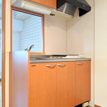 明るい木目のキッチンです。 (※写真は2階の同間取り別部屋のものです)