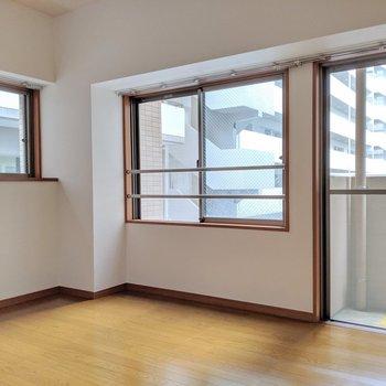 横長のお部屋&窓が多いから開放感ある〜 (※写真は2階の同間取り別部屋のものです)