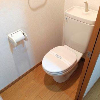トイレはシンプル。 (※写真は2階の同間取り別部屋のものです)