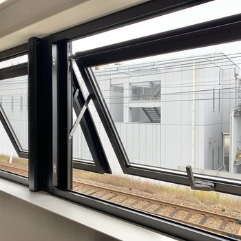窓からはこの景色。線路が真ん前にありますが、あまり気になりませんでしたよ◯