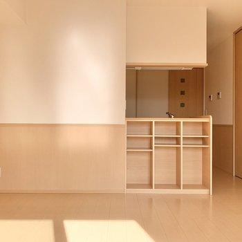 【LDK】キッチン前の棚は本棚としても活用できそうですね