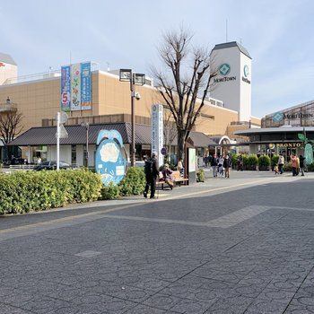 駅前には商業施設があり、発展しています
