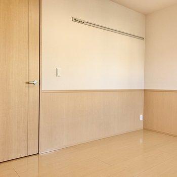 【洋室北側】やわらかい色合いで家具も合わせやすそう