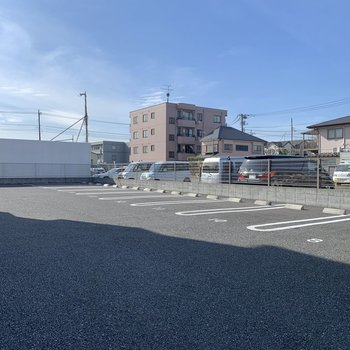 駐車場は広め