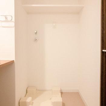 洗面台横には洗濯機置場が。※写真は7階同間取り別部屋のものです。