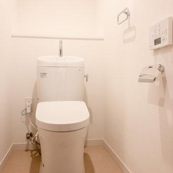 トイレは温水洗浄付き。※写真は7階同間取り別部屋のものです。