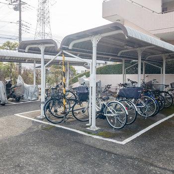 自転車とバイクの置き場があります。