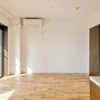 【LDK】リビングは16.4帖と広々。※写真は7階同間取り別部屋のものです。