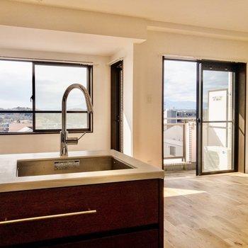 【LDK】窓は南東向きで日当たりも良好です。※写真は7階同間取り別部屋のものです。