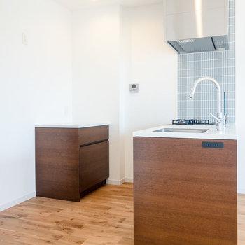 【LDK】キッチンは収納が多く使い勝手が良さそうです。※写真は7階同間取り別部屋のものです。