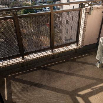バルコニーには物干し受けがあります。※写真は7階同間取り別部屋のものです。