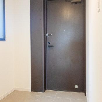 玄関は自転車なども置ける広さ。※写真は7階同間取り別部屋のものです。