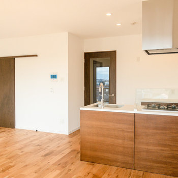 【LDK】ソファやチェアなど大型の家具も置けますね。※写真は7階同間取り別部屋のものです。