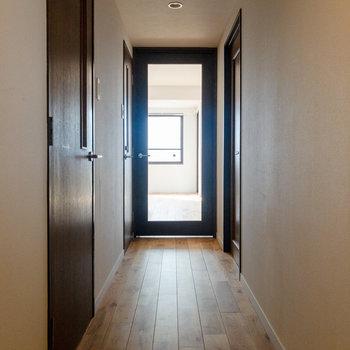 廊下ももちろん無垢フローリング。※写真は7階同間取り別部屋のものです。