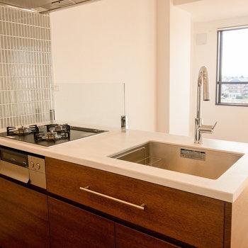 【LDK】3口コンロとグリル、コンセントもあります。※写真は7階同間取り別部屋のものです。