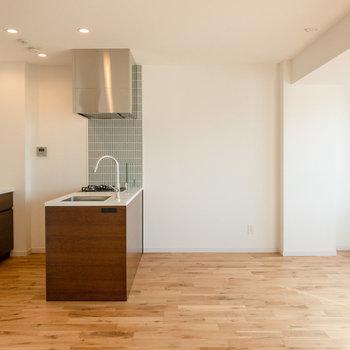 【LDK】4人がけのダイニングテーブルも余裕を持って配置できます。※写真は7階同間取り別部屋のものです。
