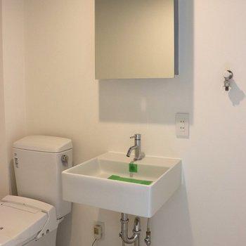 洗面台はシンプル※写真は1階の同間取り別部屋のものです