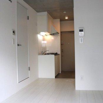 窓側から見たリビング※写真は1階の同間取り別部屋のものです
