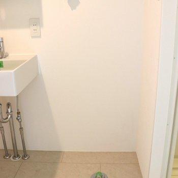 洗濯機はお風呂場入口横※写真は1階の同間取り別部屋のものです