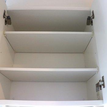 キッチン上の収容棚※写真は1階の同間取り別部屋のものです