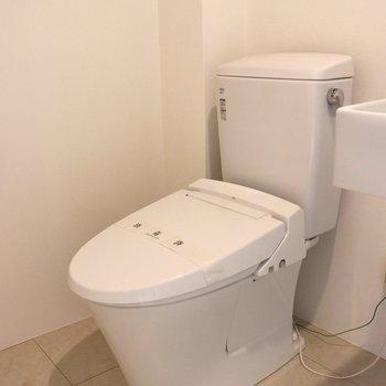 その奥にトイレ※写真は1階の同間取り別部屋のものです
