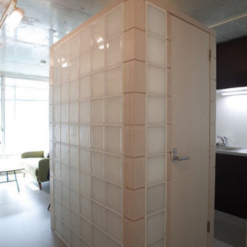 お部屋の中心のトイレ!ブロックが特徴的でなんだかお洒落…※写真は2階の同間取り別部屋のものです