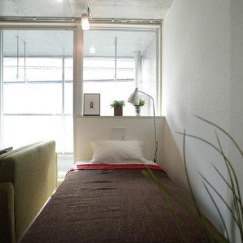 大きな窓から差し込む光で、気持ちのいい朝を迎えられそう〜※写真は2階の同間取り別部屋のものです