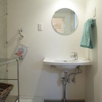 洗面所の丸鏡がかわいいです。※写真は2階の同間取り別部屋のものです