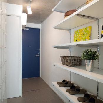 玄関入ってすぐの棚にはお気に入りのアイテムをディスプレイして。※写真は2階の同間取り別部屋のものです
