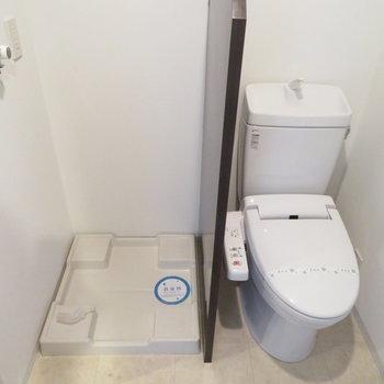 トイレと洗濯機置き場は同居(※写真は11階の同間取り角部屋のものです)