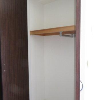 クローゼットは大きくもなく小さくもなく(※写真は11階の同間取り角部屋のものです)