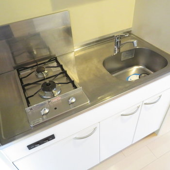 キッチンは2口コンロのキッチン(※写真は11階の同間取り角部屋のものです)