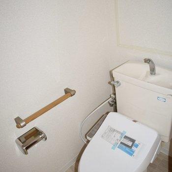 手すり付きの優しいトイレ。