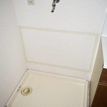 お風呂の前に洗濯機置き場があります。