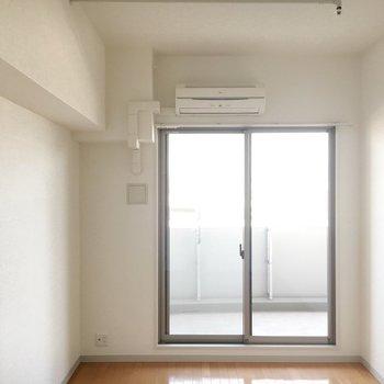 洋室は7.5帖。(※写真は12階の同間取り別部屋のものです)