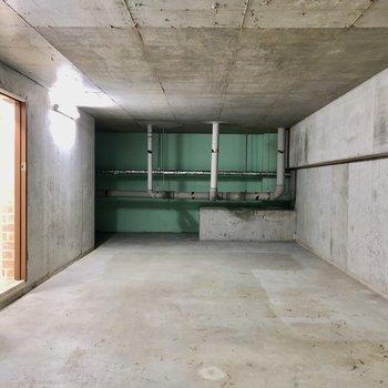 剥き出しのかっこいい地下室。(※写真は清掃前のものです)