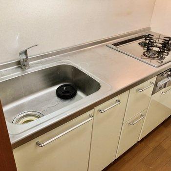 キッチンは3口コンロで使い勝手もいい!(※写真は清掃前のものです)