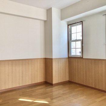 5.7帖の洋室は出窓になっており、壁付で家具置けます。(※写真は清掃前のものです)