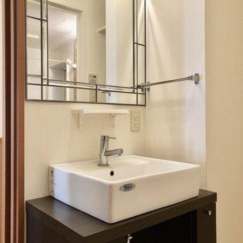 可愛らしい独立洗面台と、(※写真は清掃前のものです)