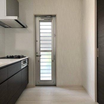 キッチンは広く、扉で換気もできます。冷蔵庫などは後ろに置けそう!