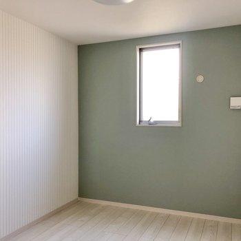 そして左扉の洋室。洋室は若干ブルーの色味が違ってきます!目で確かめてほしい。笑