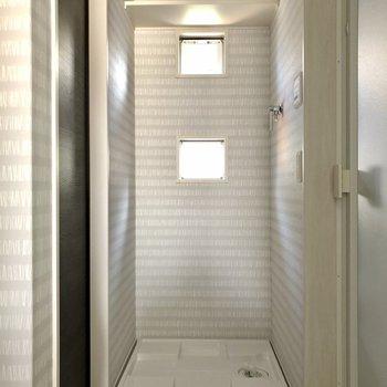 洗濯機置場も同空間。ちょんちょんと並ぶ小窓が素敵。