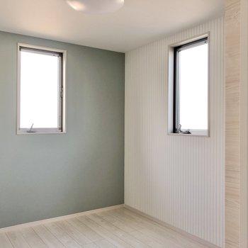 まずは右扉の洋室から。こちらは窓が2つ。ブルーが爽やかです。